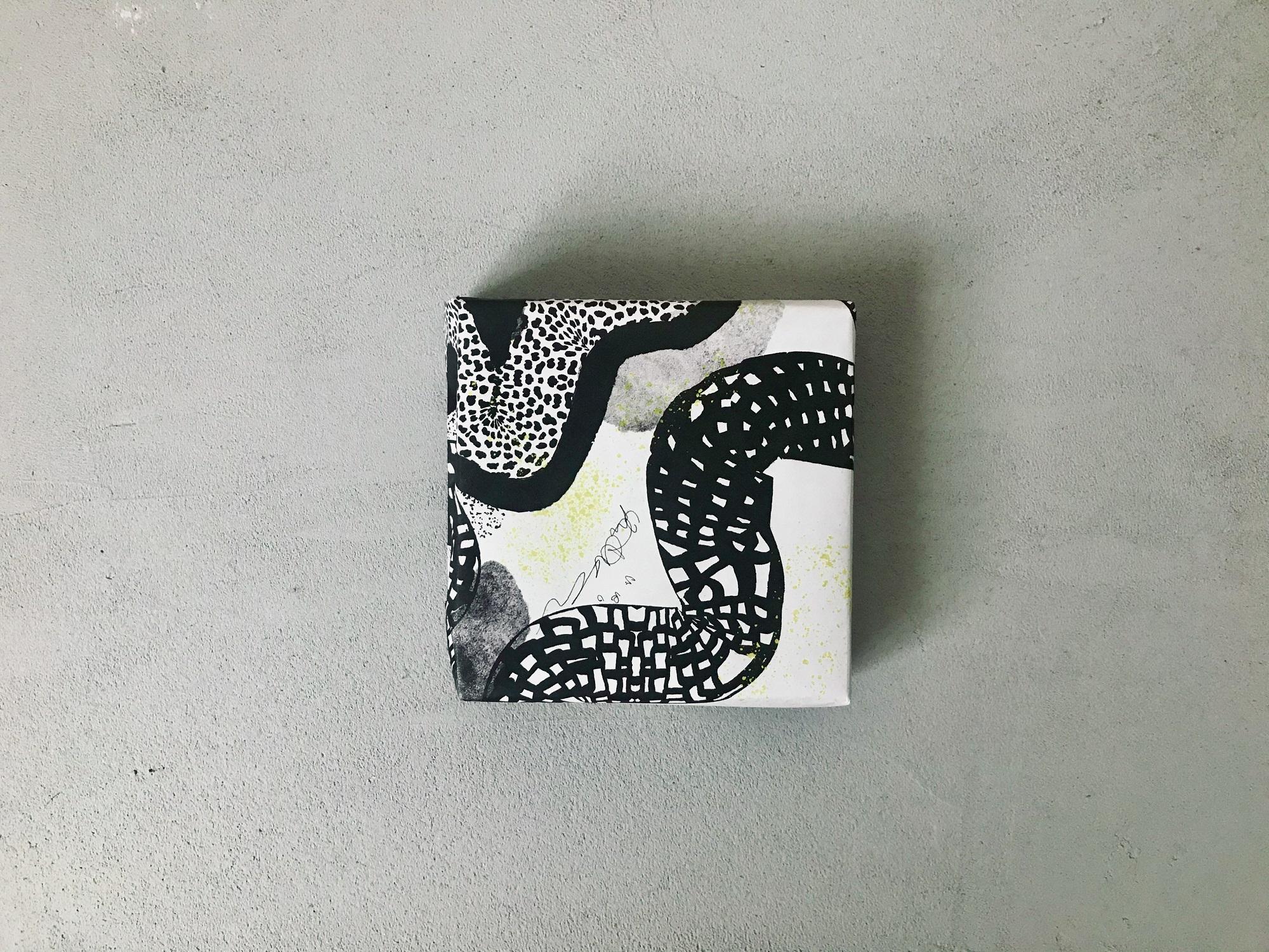 個性的な黒の柄の包装紙