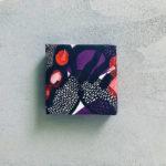 紫と赤と黒の個性的な包装紙